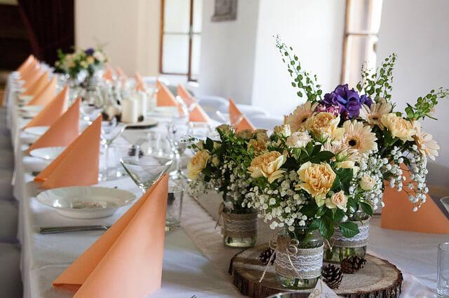 Prestieranie stolov na svadobnú hostinu