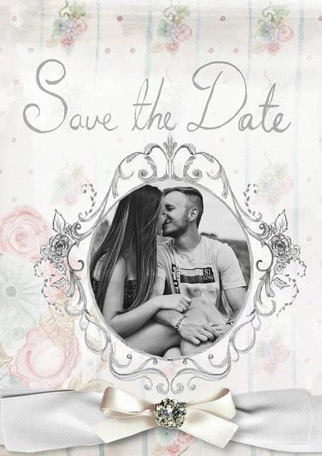 Niektoré páry si dávajú na svadobné oznámenia aj spoločnú fotografiu
