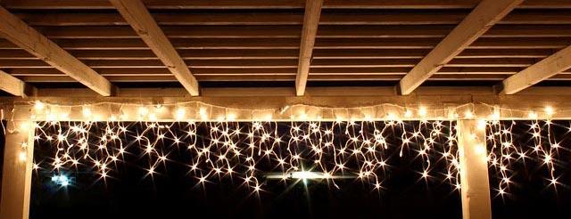 Vonkajšie vianočné osvetlenie je ideálne, ak máte rodinný dom so záhradou
