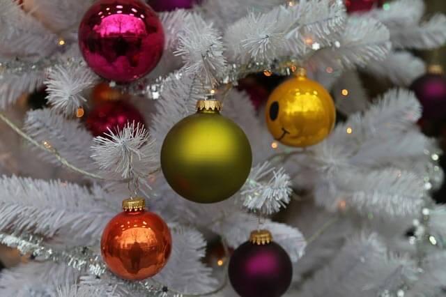 Vianočný stromček so zasneženým vzhľadom