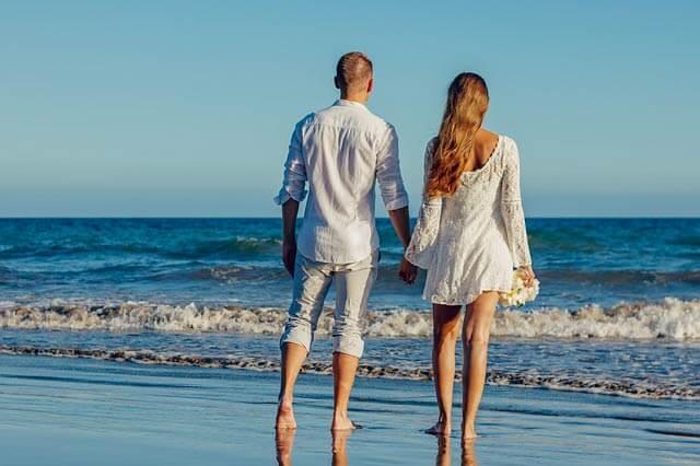 Krátke svadobné šaty sú vhodné napríklad na pláž