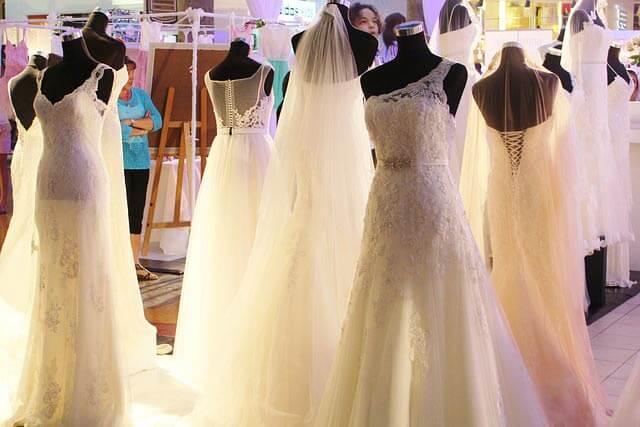 Väčšina svadobných salónov ponúka aj možnosť zapožičania šiat.